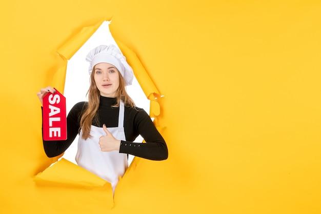 노란색 직업 주방 요리 감정 음식 사진에 빨간색 판매 글을 들고 전면 보기 여성 요리사