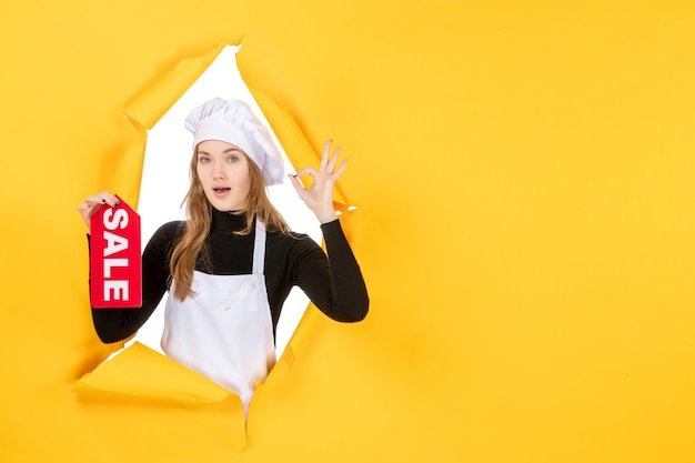노란색 직업 요리 감정 음식 사진에 빨간색 판매 글을 들고 전면 보기 여성 요리사