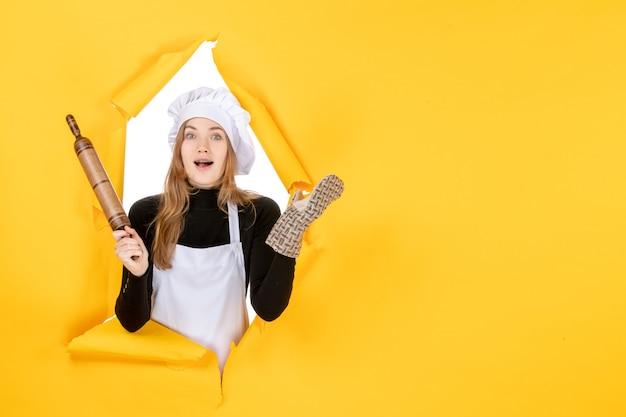 노란색 사진 부엌 작업 색상 요리 음식 태양에 롤링 핀을 들고 전면 보기 여성 요리사
