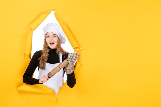 노란색 사진 주방 작업 색상 요리 태양에 롤링 핀을 들고 전면 보기 여성 요리사