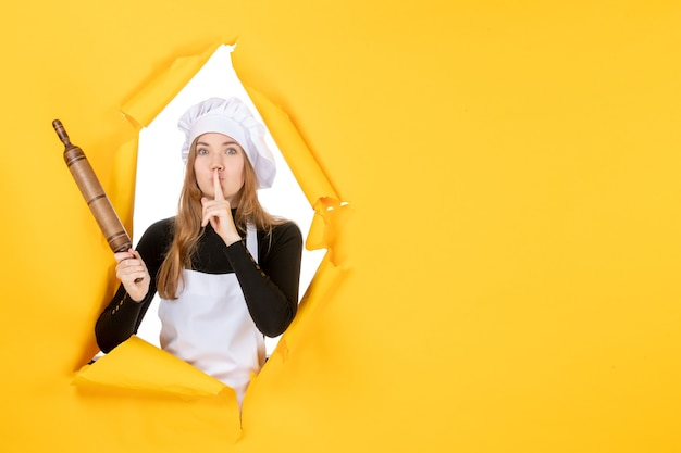 Cuoca vista frontale che tiene mattarello sul sole giallo cibo cucina cucina foto emozione