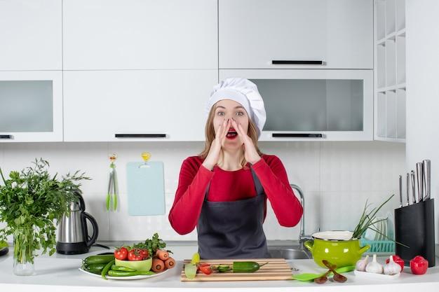 Вид спереди женский повар в фартуке кричит
