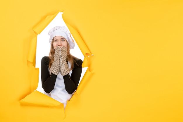 正面図女性料理人クックグローブと黄色の感情の白い料理人キャップ食品着色料料理キッチン仕事写真太陽