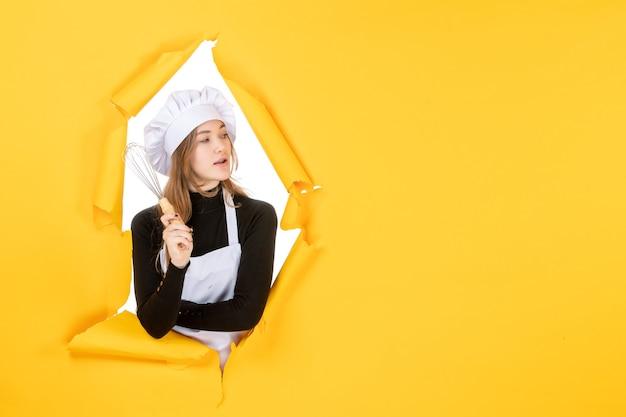 黄色の感情食品着色料料理仕事写真太陽の白いクックキャップで正面図女性料理人