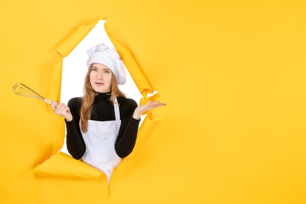 노란색 작업 감정 음식 요리 부엌 사진 태양에 흰색 요리사 모자에 전면 보기 여성 요리사