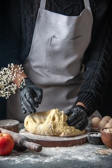 正面図女性料理人がダークエッグ料理の仕事ペストリーベーカリーキッチン生地ホットケーキで生地を展開