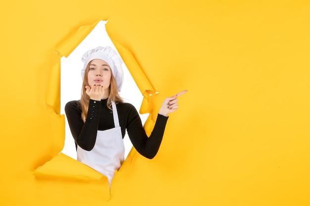 노란색 부엌 사진 음식 요리 작업 컬러 종이 태양에 공기 키스를 보내는 전면 보기 여성 요리사