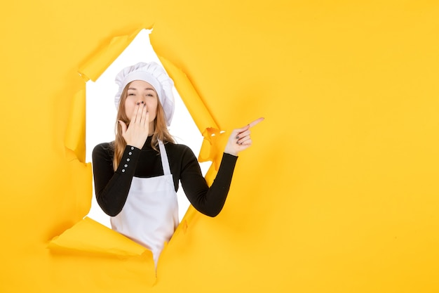 노란색 부엌 사진 음식 요리 작업 컬러 종이 태양에 키스를 보내는 전면 보기 여성 요리사