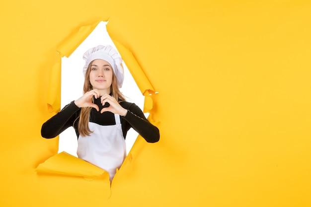 Вид спереди женщина-повар, отправляющая любовь на желтой еде, солнце, эмоция, цветная кухня, фотобумага, работа