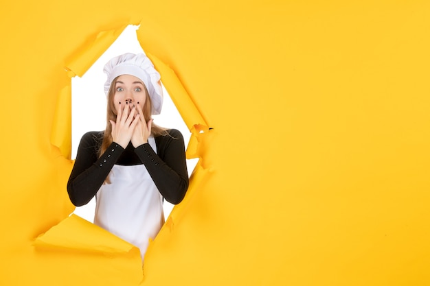 Cuoca vista frontale su carta da sole di colore giallo emozione cibo lavoro foto cucina