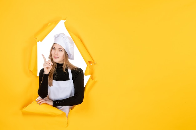 Cuoca vista frontale su colore giallo sole foto cucina emozione cibo lavoro