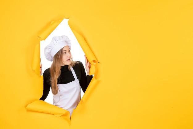 Cuoca vista frontale su colore giallo sole foto cucina lavoro carta emozione cibo