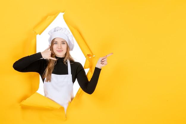 Vista frontale cuoca su cucina gialla foto cibo cucina lavoro colori carta sole