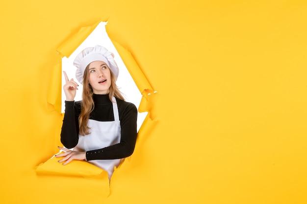 Cuoca vista frontale su foto gialla cibo sole emozione cucina cucina lavoro carte a colori
