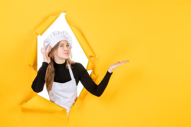 Vista frontale cuoca sul sole giallo cucina foto lavoro carta a colori cucina cibo