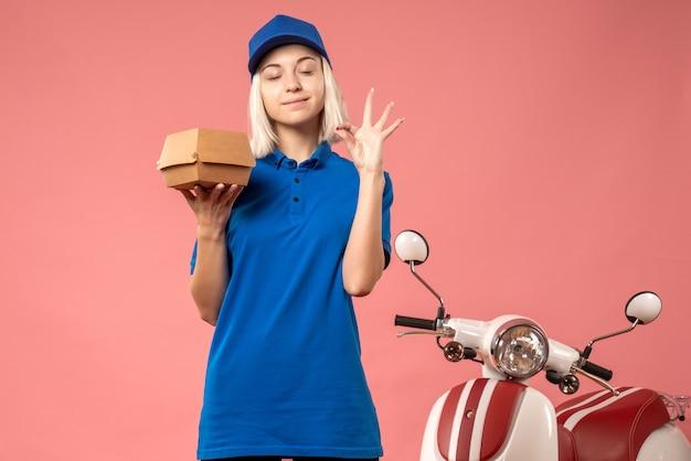 핑크에 작은 음식 패키지를 들고 전면보기 여성 택배