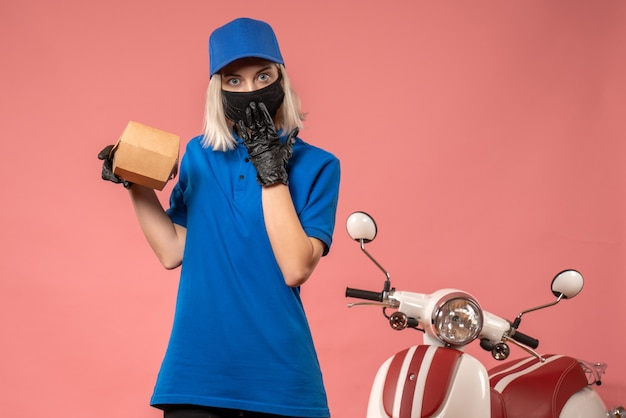 핑크에 작은 음식 패키지를 들고 전면보기 여성 택배 무료 사진