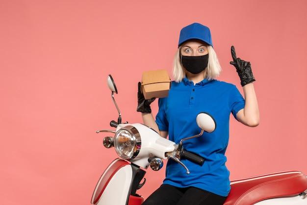 라이트 핑크에 작은 음식 패키지가있는 마스크의 전면보기 여성 택배 무료 사진