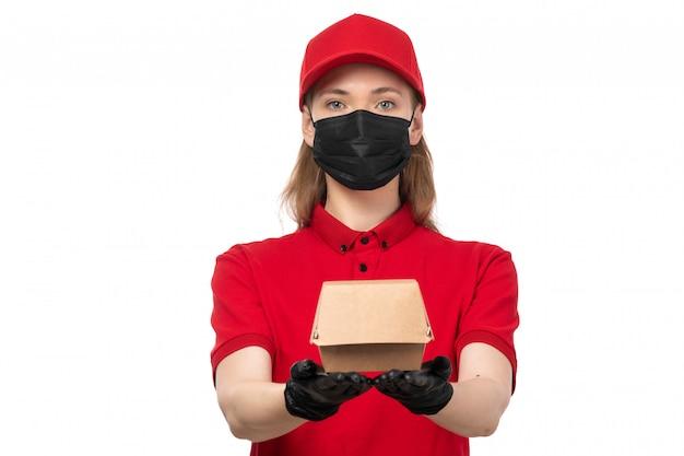 Un corriere femminile di vista frontale in guanti rossi della camicia rossa dello spiritello malevolo rosso e pacchetto nero della tenuta della maschera su bianco