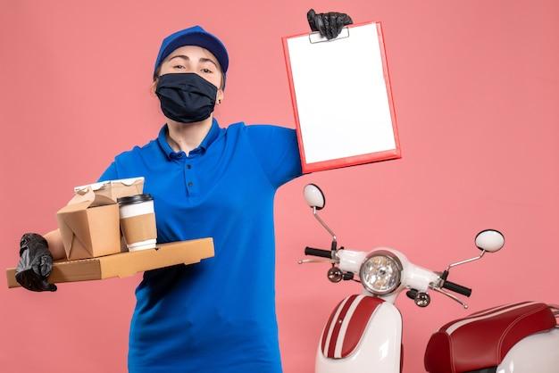 분홍색 전염병 작업 배달 서비스 작업자 covid- 제복 작업에 배달 커피와 음식 전면보기 여성 택배