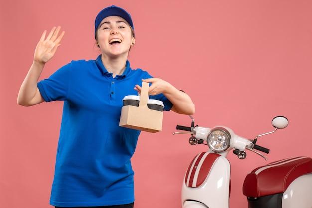 분홍색 작업 배달 유니폼 서비스 작업 작업자 자전거에 배달 커피와 함께 전면보기 여성 택배