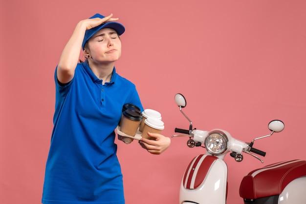 분홍색 작업 배달 유니폼 서비스 작업자 자전거 작업에 배달 커피와 함께 전면보기 여성 택배