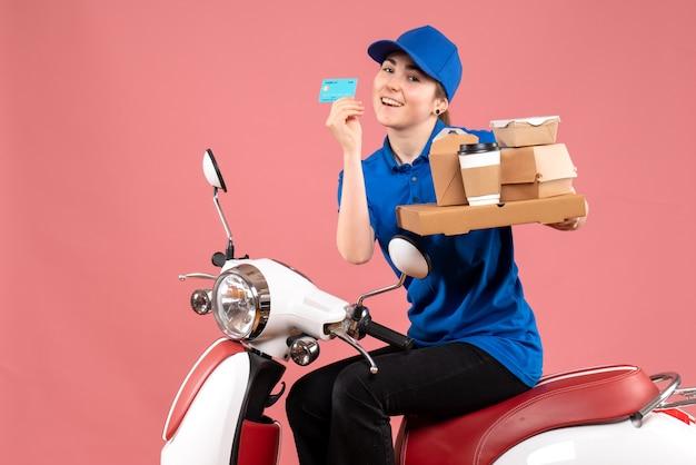Вид спереди женский курьер с продуктовыми пакетами и банковской картой на розовой работе, цвет рабочий, доставка еды, велосипедная униформа