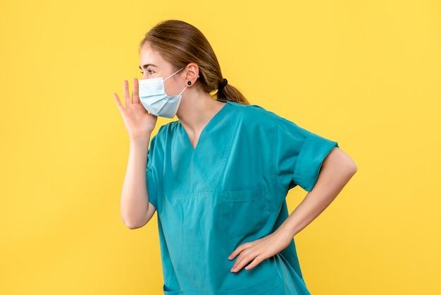 노란색 배경 유행성 코 비드 건강 바이러스에 전화 전면보기 여성 의사