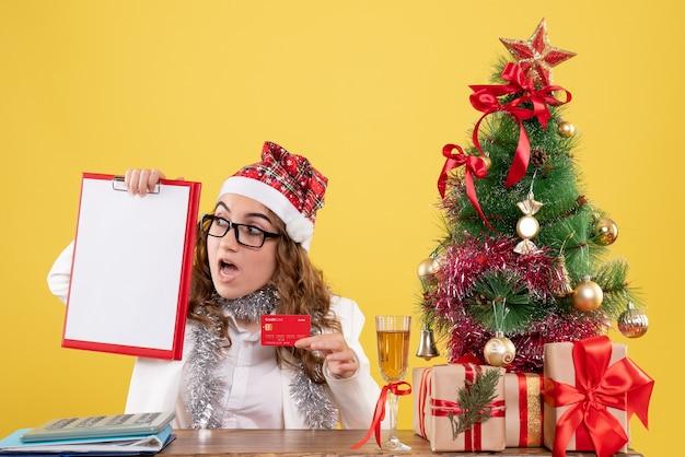 은행 카드와 파일 참고를 들고 전면보기 여성 의사