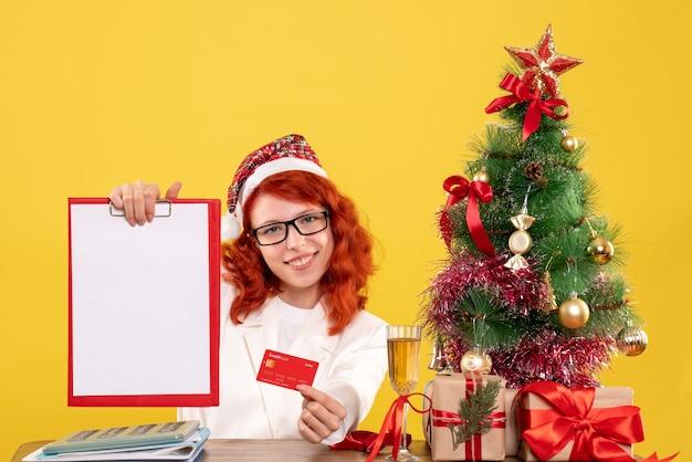 은행 카드와 메모를 들고 전면보기 여성 의사
