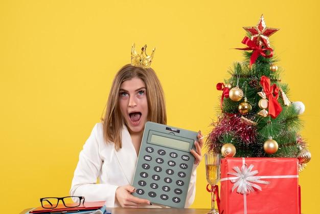Calcolatrice della holding del medico femminile di vista frontale