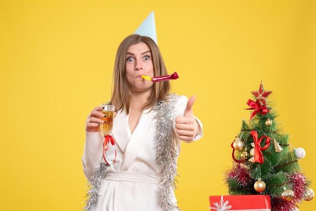 Medico femminile di vista frontale che tiene vetro di champagne