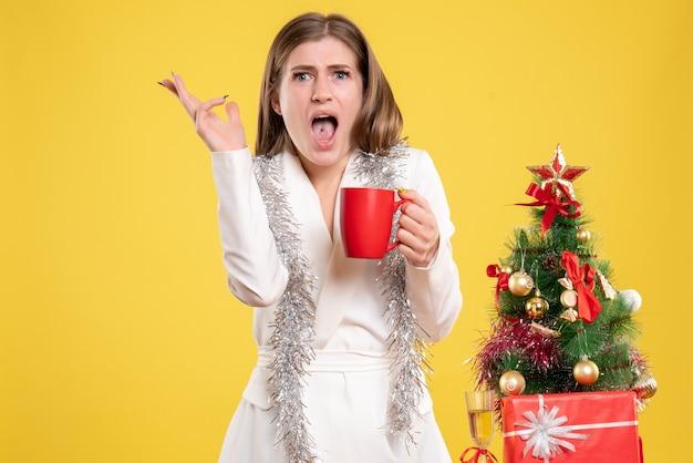 Вид спереди женщина-врач держит чашку горячего чая