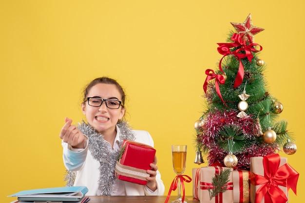 작은 선물을 들고 전면보기 여성 의사