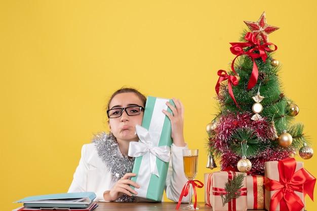 プレゼントを持っている正面図の女性医師