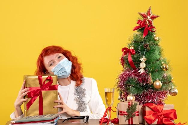 Вид спереди женщина-врач, держащая подарок