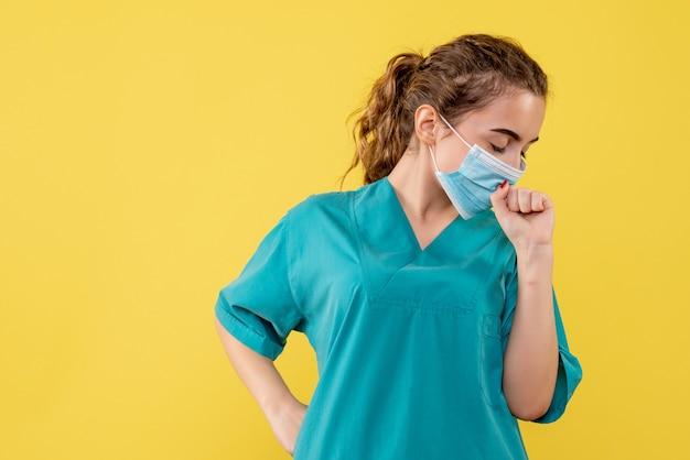 Вид спереди женщина-врач в медицинской рубашке и маске, цветной пандемический вирус covid-19, единый коронавирус