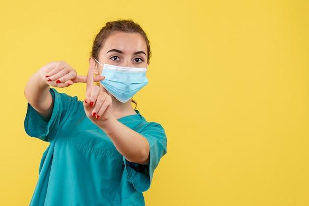 医療用シャツとマスクの正面図の女性医師、健康色パンデミックウイルスcovid-19均一コロナウイルス