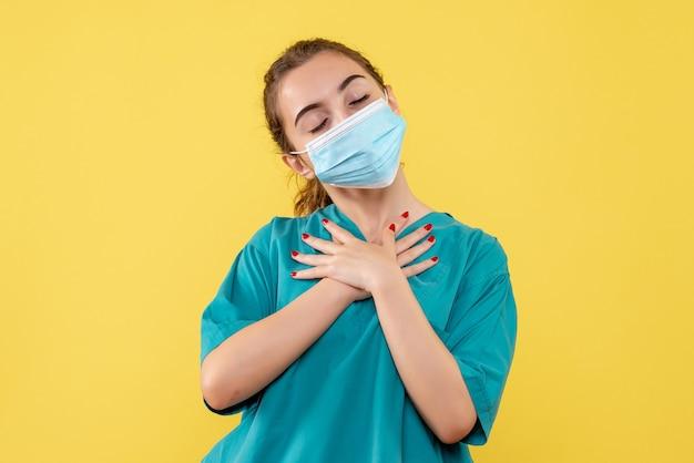 医療シャツとマスク、健康パンデミックカラーcovid-19ウイルスの制服を着た正面図の女性医師