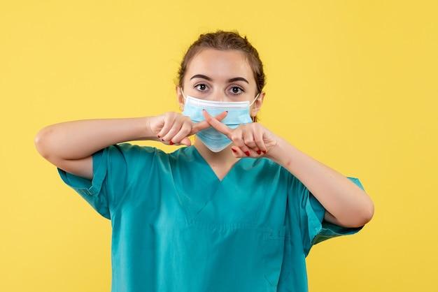 의료 셔츠와 마스크의 전면보기 여성 의사, 건강 유행성 색 covid-19 바이러스