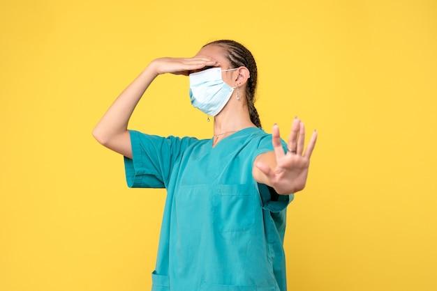 医療シャツとマスクの正面図の女性医師、医療看護師ウイルスパンデミックcovid-19病院