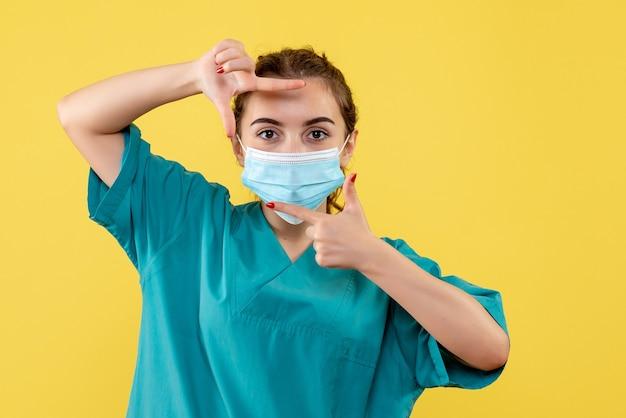 의료 셔츠와 마스크 포즈의 전면보기 여성 의사, 바이러스 건강 색상 유행성 covid-19 유니폼