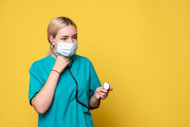 의료 셔츠와 청진 마스크의 전면보기 여성 의사, 의료진 covid-19 병원 보건 간호사 전염병