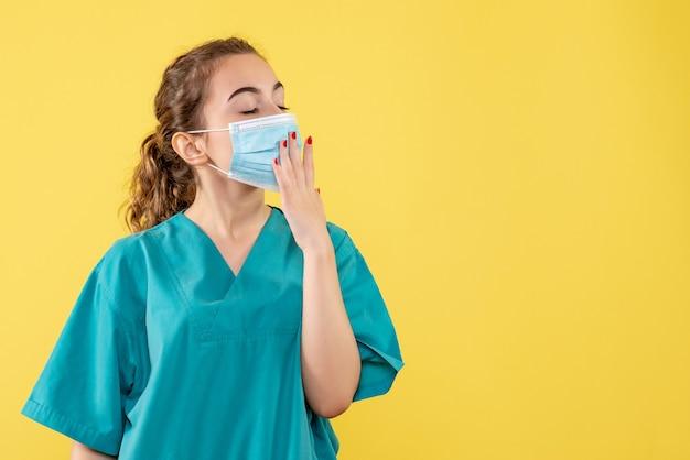 医療シャツと滅菌マスクあくび、病気コロナウイルス均一ウイルスcovid-19パンデミック健康の正面図女性医師