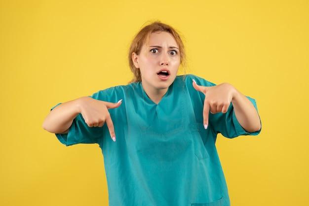 의료 셔츠에 전면보기 여성 의사, 색상 건강 간호사 의료진 covid-19 감정