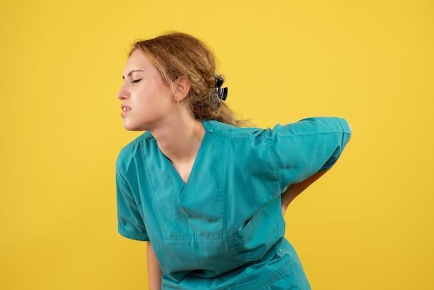 Вид спереди женщина-врач в медицинской рубашке с болью в спине, медсестра больницы цвета covid-19