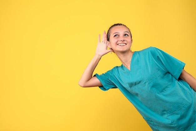 Вид спереди женщина-врач в медицинской рубашке, медсестра эмоций больницы covid