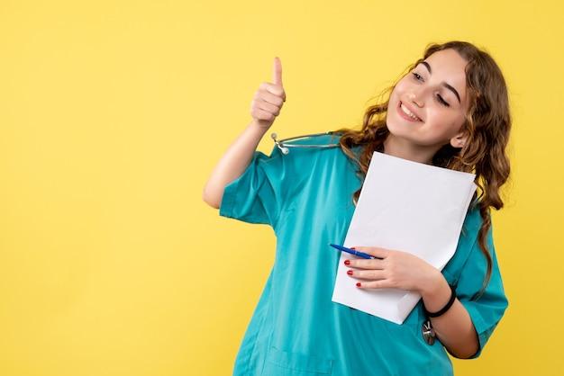 분석, covid-19 건강 감정 유행성 바이러스를 들고 의료 셔츠에 전면보기 여성 의사