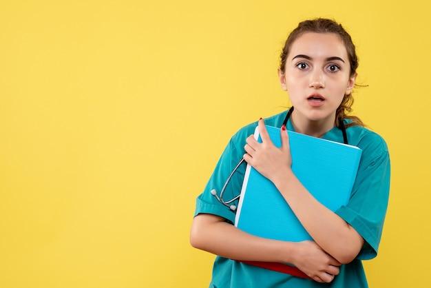 Вид спереди женщина-врач в медицинской рубашке с разными записками, цветная пандемия, эмоция здоровья вируса covid-19