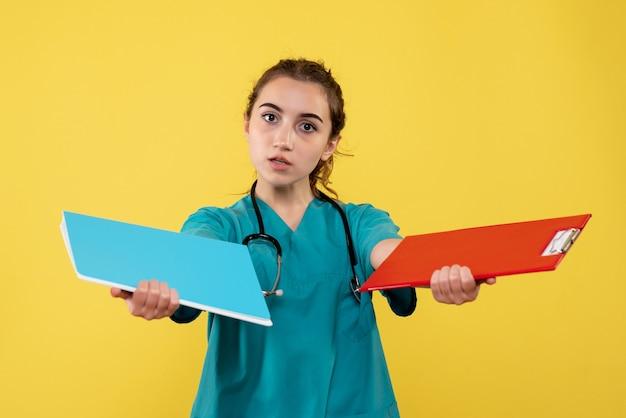 Вид спереди женщина-врач в медицинской рубашке с записками, цветная форма вируса здоровья, пандемия covid-19
